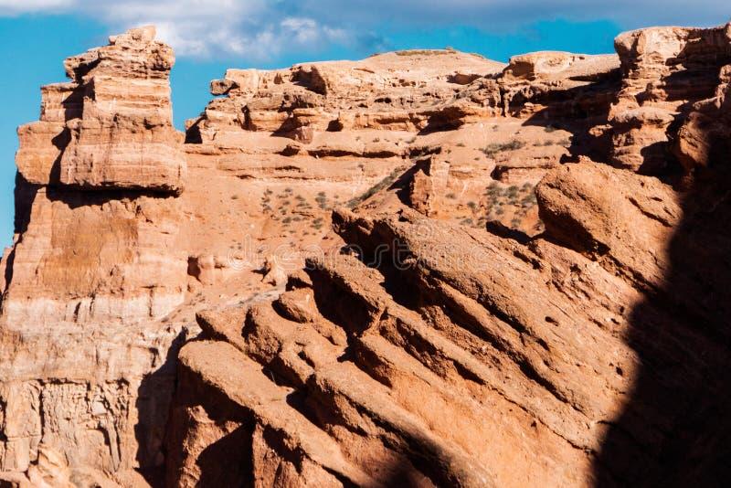 Opinión inferior del barranco de Charyn - la formación geológica consiste en la piedra roja grande asombrosa de la arena Parque n fotos de archivo libres de regalías