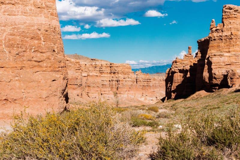 Opinión inferior del barranco de Charyn - la formación geológica consiste en la piedra roja grande asombrosa de la arena Parque n foto de archivo libre de regalías
