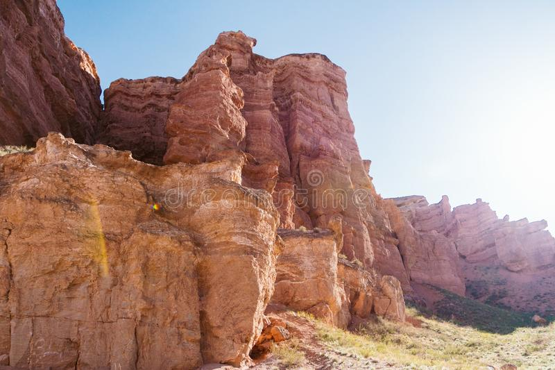 Opinión inferior del barranco de Charyn - la formación geológica consiste en la piedra roja grande asombrosa de la arena Parque n imagen de archivo libre de regalías