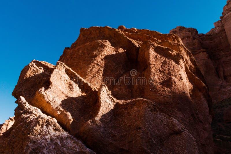 Opinión inferior del barranco de Charyn - la formación geológica consiste en la piedra roja grande asombrosa de la arena Parque n imágenes de archivo libres de regalías