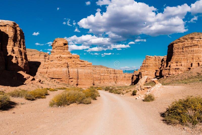 Opinión inferior del barranco de Charyn - la formación geológica consiste en la piedra roja grande asombrosa de la arena Parque n foto de archivo
