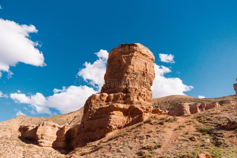 Opinión inferior del barranco de Charyn - la formación geológica consiste en la piedra roja grande asombrosa de la arena Parque n imagenes de archivo