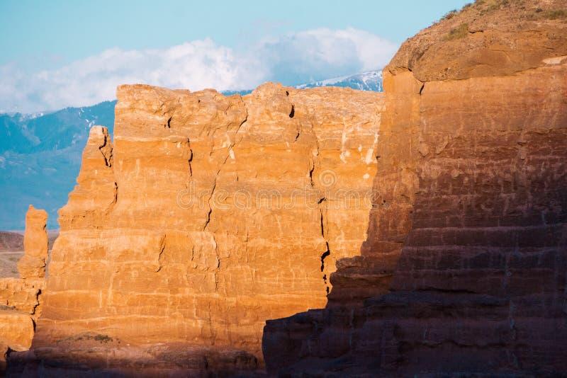 Opinión inferior del barranco de Charyn - la formación geológica consiste en la piedra roja grande asombrosa de la arena Parque n fotografía de archivo