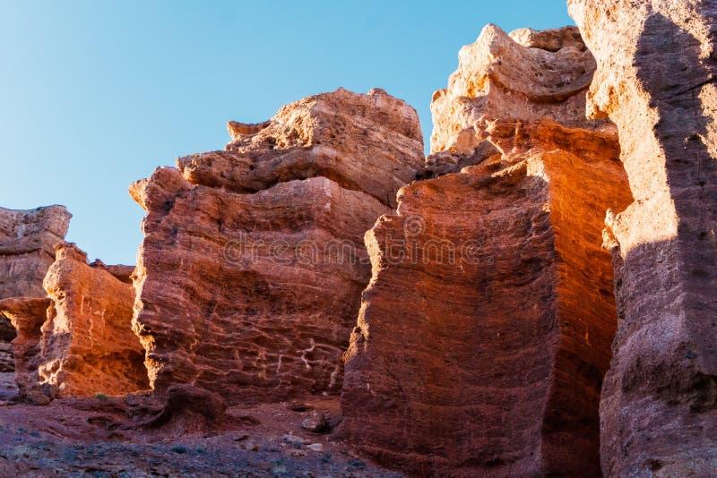 Opinión inferior del barranco de Charyn - la formación geológica consiste en la piedra roja grande asombrosa de la arena Parque n fotos de archivo
