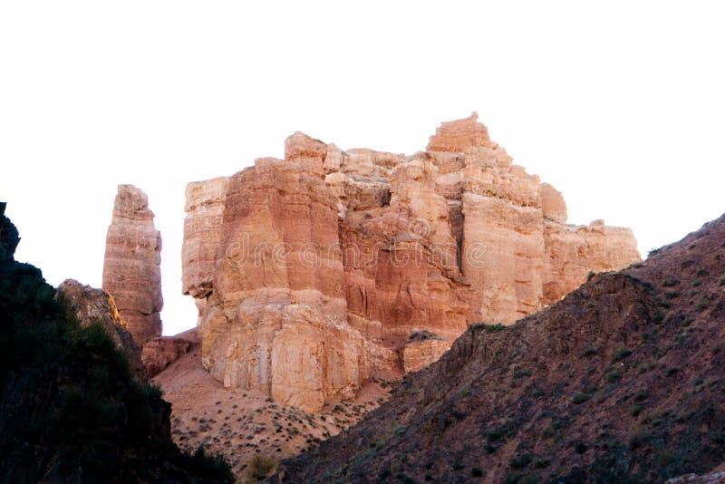 Opinión inferior del barranco de Charyn - la formación geológica consiste en la piedra roja grande asombrosa de la arena Parque n fotografía de archivo libre de regalías