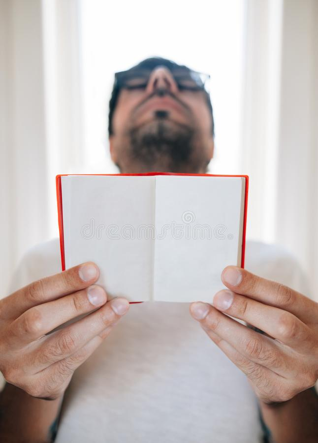 Opinión inferior el hombre que sostiene el cuaderno en blanco fotografía de archivo libre de regalías