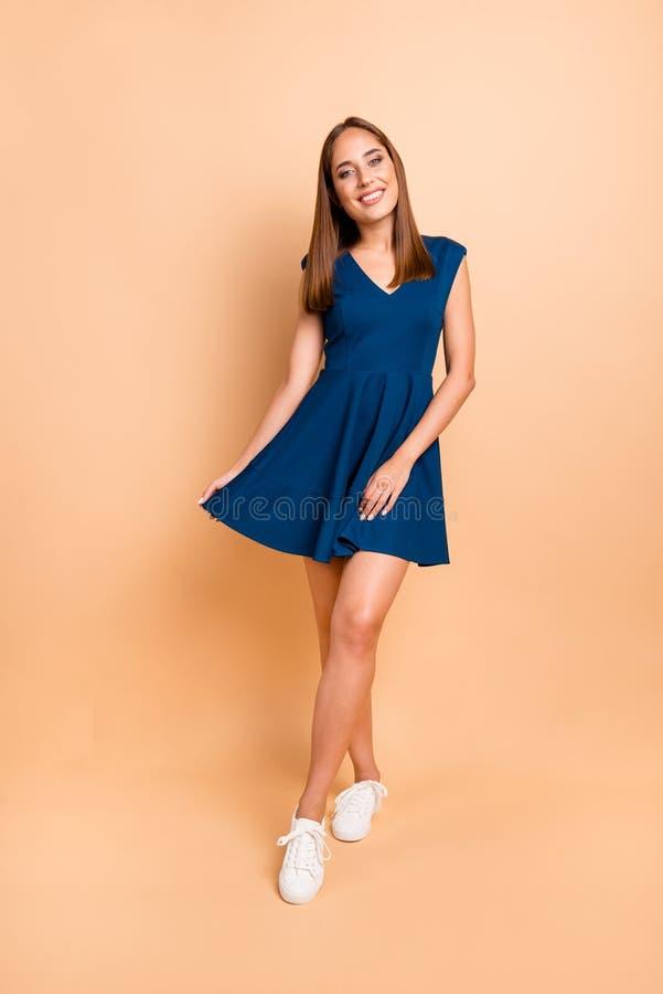 Opinión integral vertical de tamaño de cuerpo ella ella azul que lleva de la señora alegre preciosa encantadora atractiva atracti foto de archivo libre de regalías
