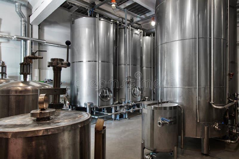 Opinión interior de la fábrica del whisky de la destilería del whisky y de la vodka foto de archivo