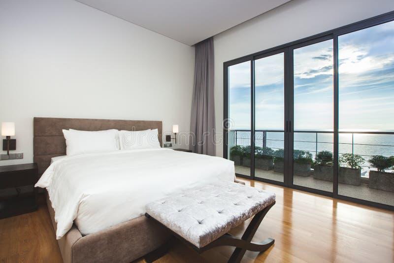 Opinión interior del paisaje marino del dormitorio del diseño moderno fotos de archivo libres de regalías