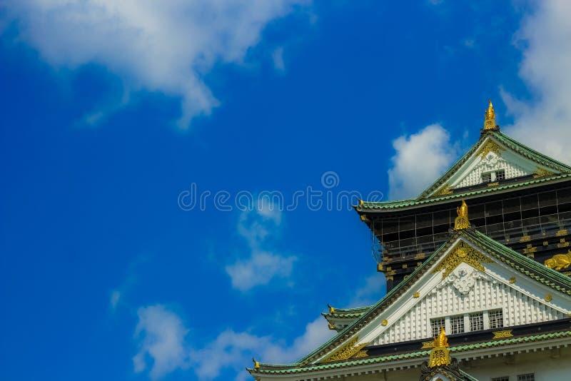 Opinión japonesa del fondo del castillo con los cielos azules y Osaka Castle hermosos, Japón foto de archivo libre de regalías
