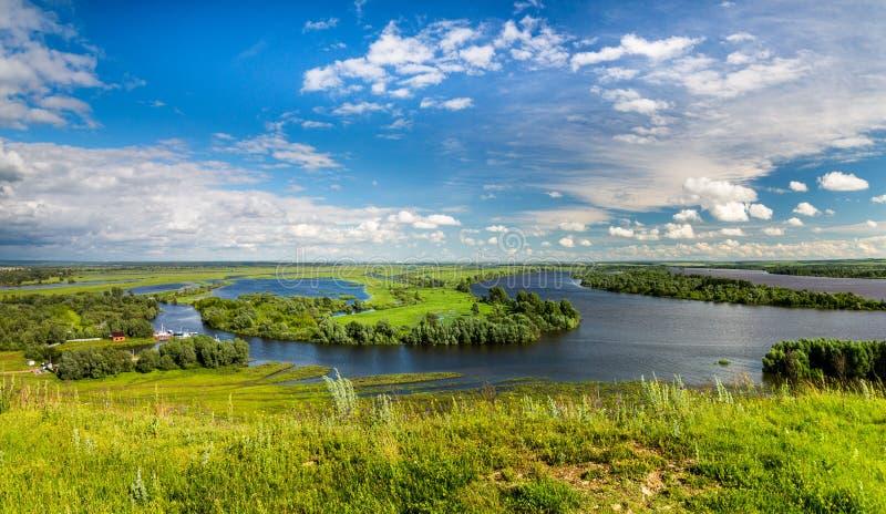 Opinión la confluencia del río de Toima en el río de Kama, Elabuga, Tartaristán, Federación Rusa imagen de archivo