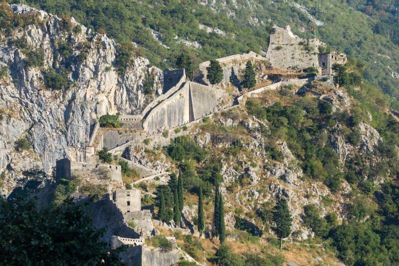Opinión la gente desconocida que sube las paredes de la fortaleza de Kotor de la ciudad, Montenegro imagen de archivo