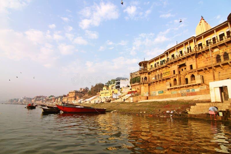 Opinión la India de la mañana de los ghats de Varanasi fotos de archivo libres de regalías