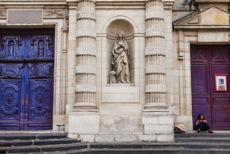 Opinión la muchacha en las puertas de madera enormes a Saint Etienne du-Mont Church, cuarto latino, París Francia fotos de archivo