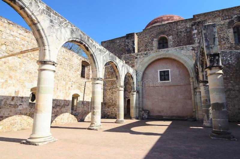 Opinión a la yarda de Convento de Cuilapam en Oaxaca foto de archivo libre de regalías