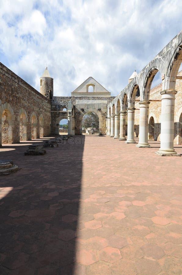 Opinión a la yarda de Convento de Cuilapam en Oaxaca fotografía de archivo libre de regalías