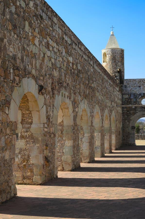 Opinión a la yarda de Convento de Cuilapam en Oaxaca imágenes de archivo libres de regalías