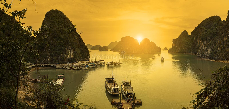 Opinión larga de la bahía de Panoromic ha, Vietnam foto de archivo libre de regalías