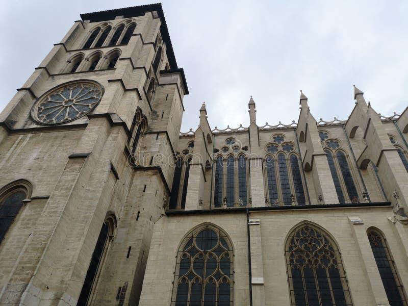 Opinión lateral de la fachada de la catedral de St John el Bautista de Lyon y el basílico de Notre Dame en el fondo, Francia fotos de archivo