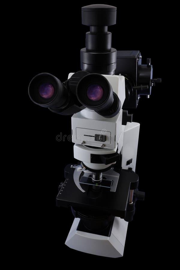 Opinión lateral del microscopio de la investigación de los oculares aislada en un fondo negro imagen de archivo libre de regalías