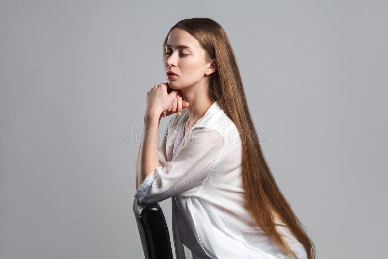 Opinión lateral del perfil el actor modelo joven hermoso tranquilo con de largo fotos de archivo