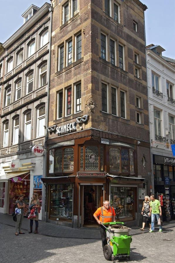 Opinión Maastricht de la calle con el limpiador de calle imagen de archivo libre de regalías