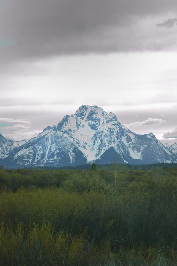 Opinión magnífica de parque nacional de Tetons con los cielos oscuros melancólicos imagen de archivo