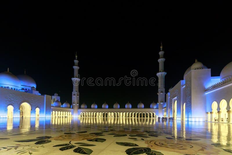 Opinión magnífica el área interna de Sheikh Zayed Grand Mosque, iluminada maravillosamente con la luz azul por la tarde foto de archivo