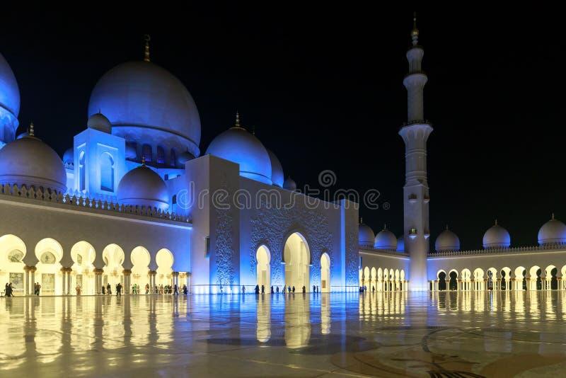 Opinión magnífica el área interna de Sheikh Zayed Grand Mosque, iluminada maravillosamente con la luz azul por la tarde imagen de archivo