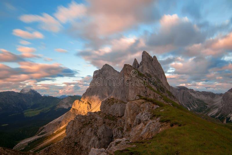Opinión magnífica el grupo de Puez Odle - de Geisler en la puesta del sol MONTAN@AS DE LA DOLOMÍA, ITALIA imagen de archivo libre de regalías