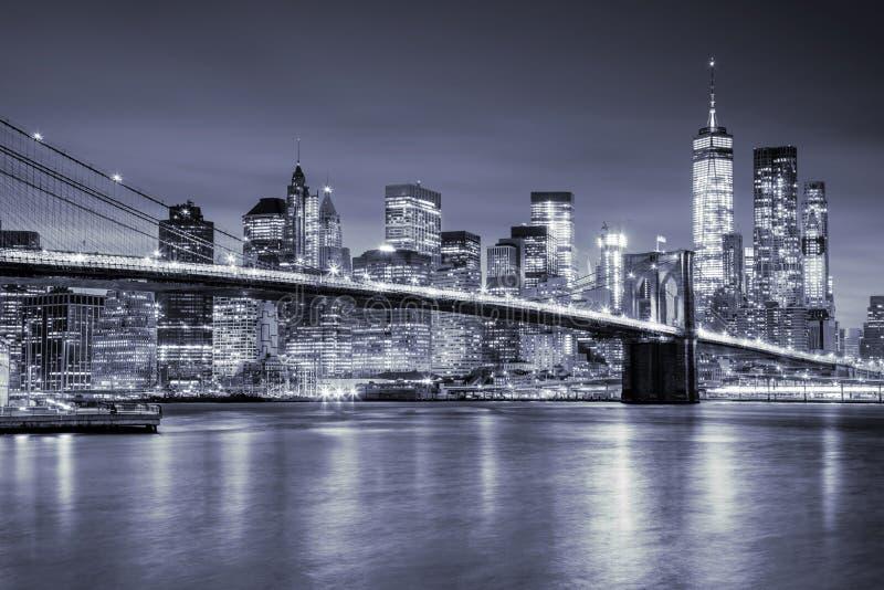 Opinión Manhattan y Brooklin Bridge por noche, New York City imágenes de archivo libres de regalías