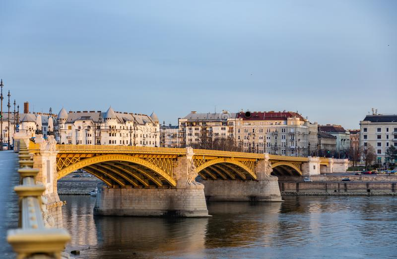 Opinión Margaret Bridge sobre el Danubio encendido por los rayos del sol poniente En Budapest, Hungría foto de archivo libre de regalías