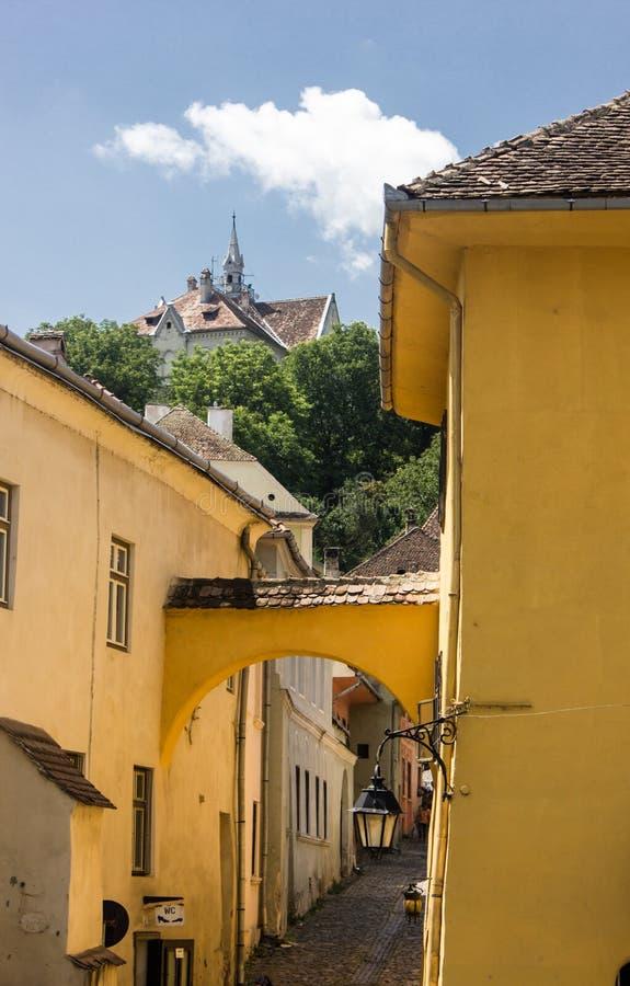 Opinión medieval de la calle en la ciudadela de Sighisoara, Rumania fotos de archivo