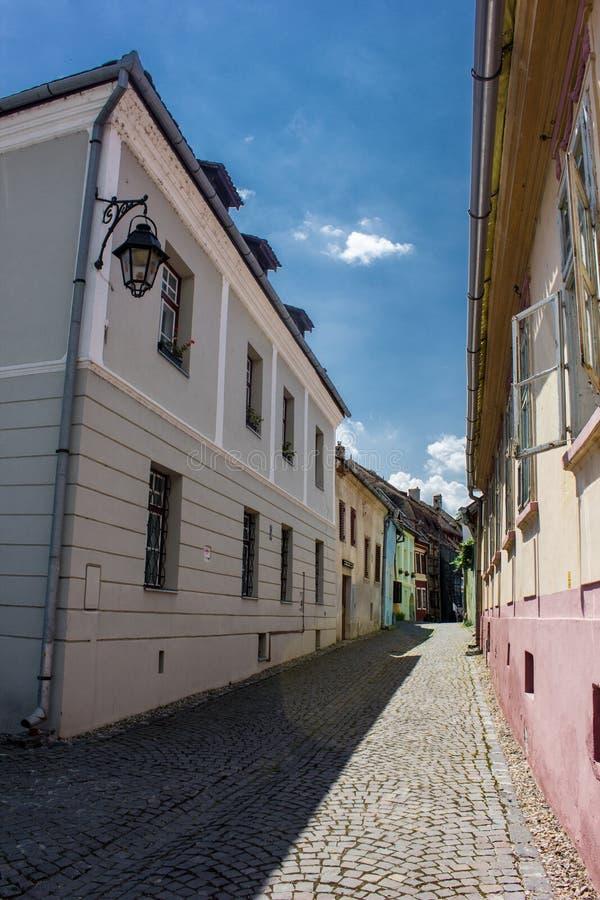 Opinión medieval de la calle en la ciudadela de Sighisoara, Rumania imagen de archivo libre de regalías