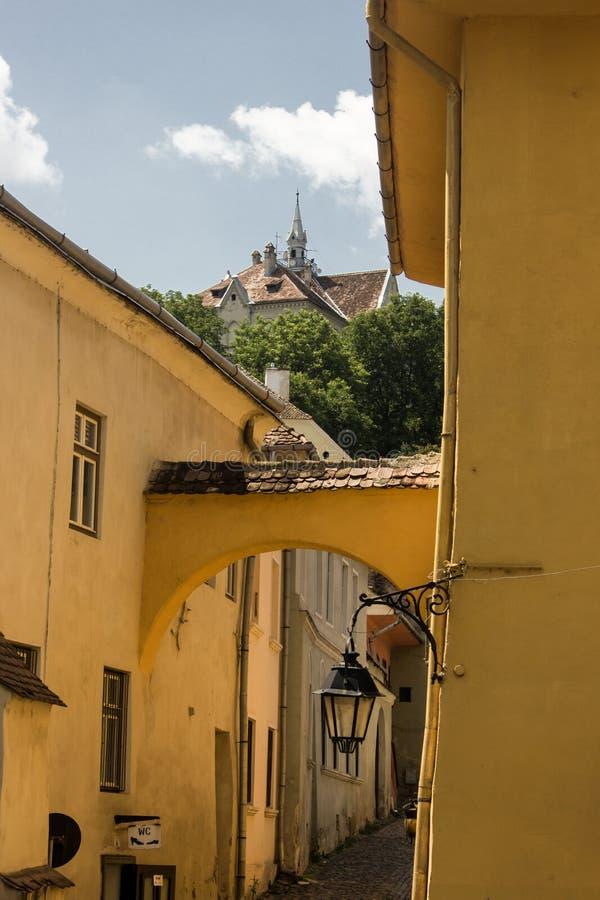 Opinión medieval de la calle en la ciudadela de Sighisoara, Rumania imagen de archivo