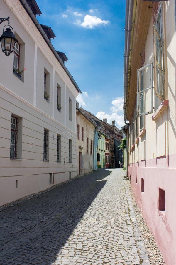 Opinión medieval de la calle en la ciudadela de Sighisoara, Rumania foto de archivo libre de regalías