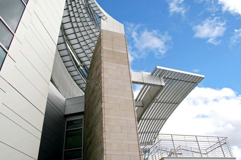 Opinión moderna del edificio de debajo fotos de archivo libres de regalías