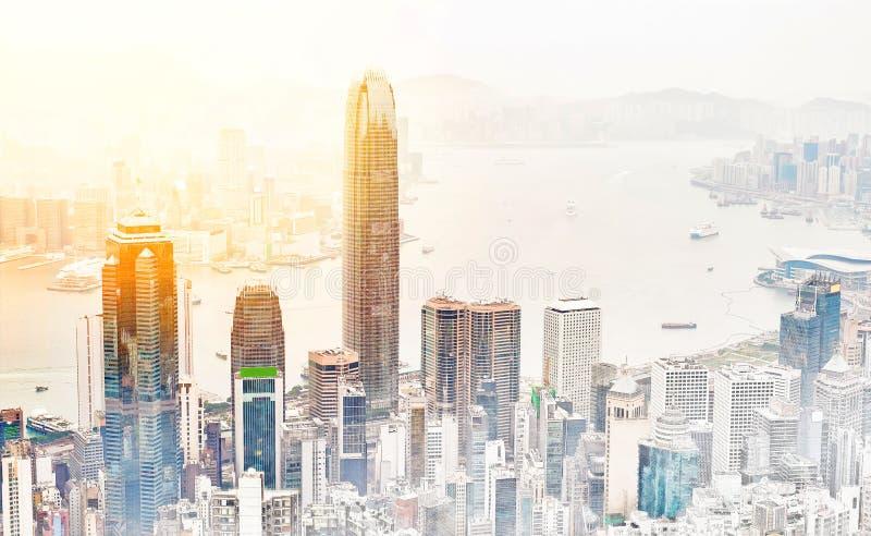 Opinión moderna panorámica del edificio del paisaje urbano del ejemplo dibujado mano del bosquejo de la mezcla de Hong Kong stock de ilustración