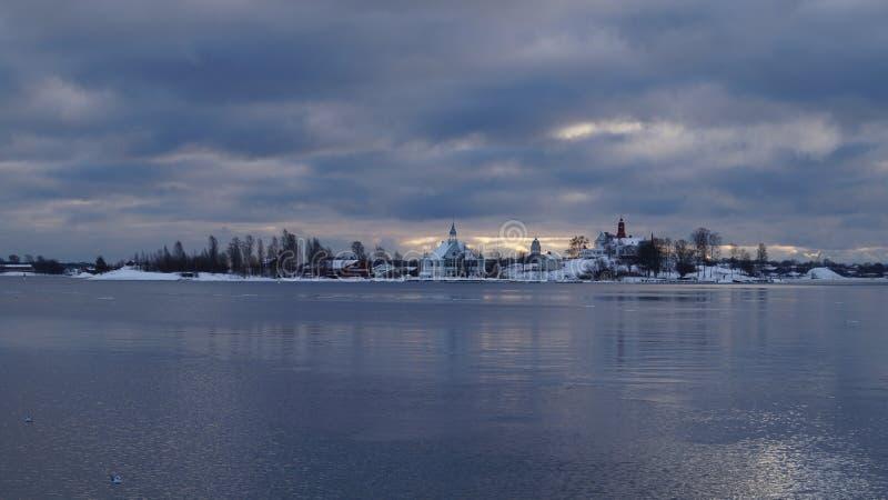Opinión nublada del puerto de Helsinki en invierno fotos de archivo