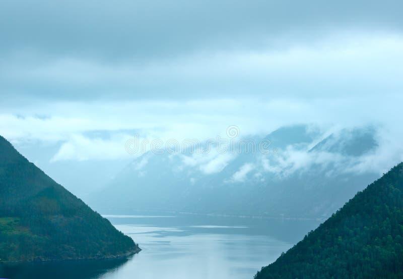 Opinión nublada del verano del fiordo (Noruega) imágenes de archivo libres de regalías