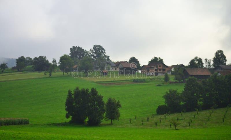 Opinión nublada Eslovenia Europa de día de verano del paisaje pastoral fotografía de archivo