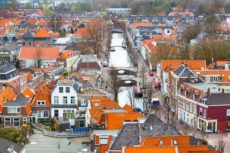 Opinión panorámica aérea de la calle con el canal y las casas en la cerámica de Delft, Holanda foto de archivo
