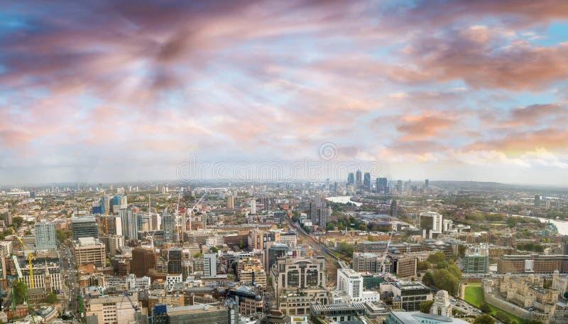 Opinión panorámica aérea de la puesta del sol del horizonte de Londres, lado del este fotografía de archivo