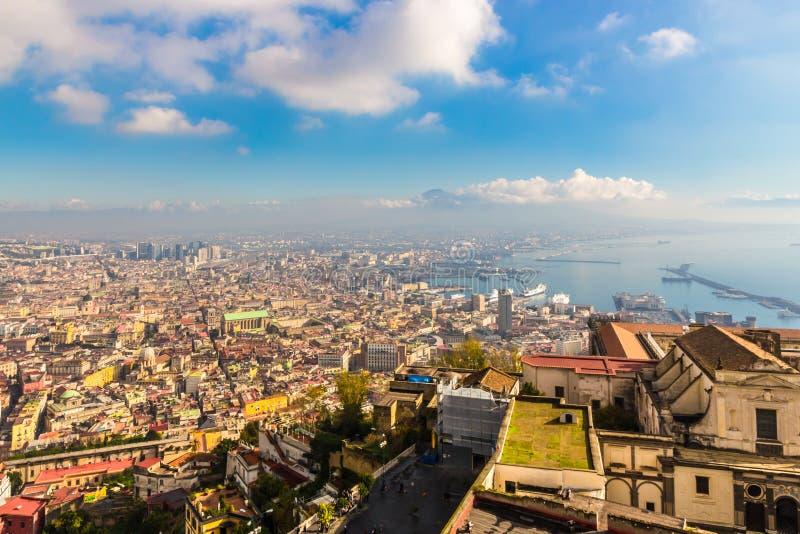 Opinión panorámica aérea de Nápoles de la ciudad y del golfo fotos de archivo