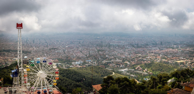 Opinión panorámica aérea sobre la ciudad de Barcelona del soporte de Tibidabo, España fotos de archivo libres de regalías