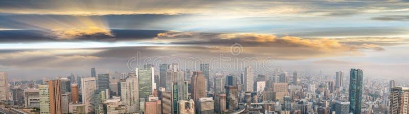 Opinión panorámica asombrosa de la puesta del sol del horizonte de Osaka, Japón, todos los anuncios r fotografía de archivo