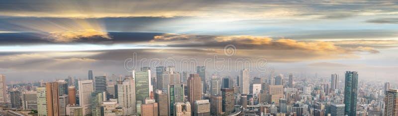 Opinión panorámica asombrosa de la puesta del sol del horizonte de Osaka, Japón, todos los anuncios r imagen de archivo