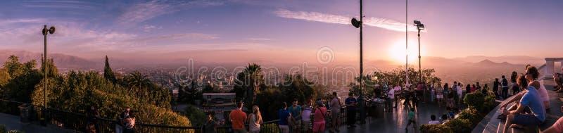 Opinión panorámica asombrosa de la puesta del sol Santiago de Chile de Cerro San Cristobal, Chile fotografía de archivo libre de regalías
