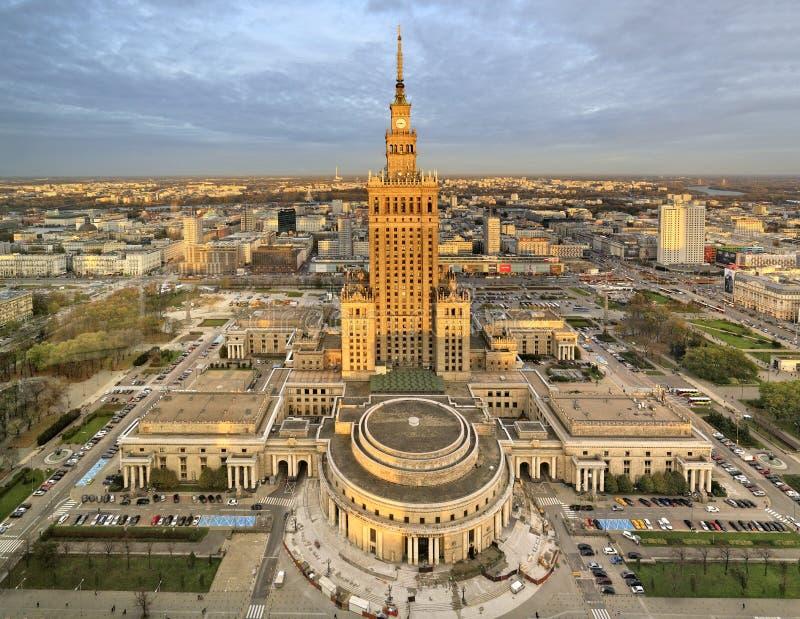 Opinión panorámica céntrica de Polonia, Varsovia con el palacio de la ciencia y de la cultura en primero plano fotografía de archivo libre de regalías