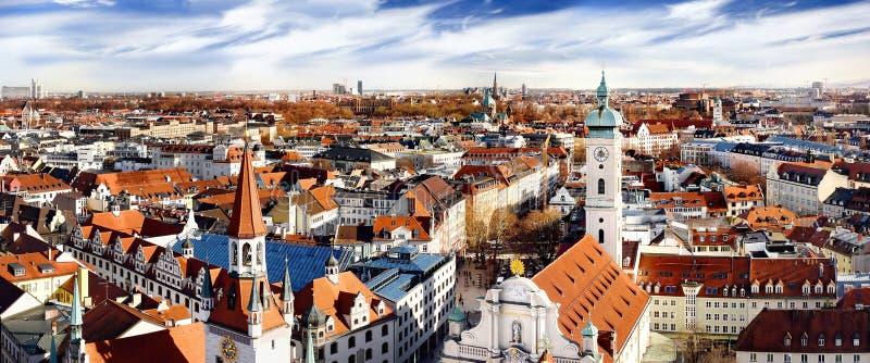 Opinión panorámica de centro del paisaje urbano de Munich con viejo ayuntamiento y Heiliggeistkirche imagen de archivo